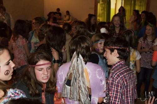 9.11.2012 Čaj opáté vsále KD vestylu hippies pořádali žáci 9.třídy děti byly přiobsluhování velmi šikovné, atmosféra byla veselá avelmi srdečná